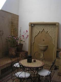 Terrasse privée donnant sur la salle à manger et la cuisine