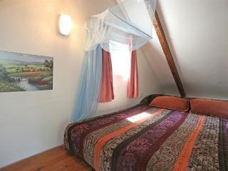Altillo de madera con cama doble, un nido de amor, o aventura para los peques La escalera es de pozo