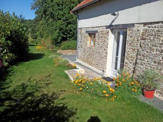 Comfortable, chic holiday home in tranquil countryside 10 minutes from the coast