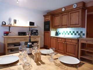 The well-equipped kitchen and dining area