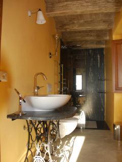 Ensuite of Yellow bedroom: dual Fantini Milano shower (rain/cascade) set in black marble.