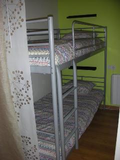 Dormitorio. Dos camas en litera de 90 cm. y armario empotrado con 2 cajoneras.