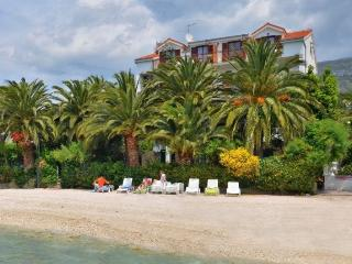 Beach accommodation Palms 8-9 people, Podstrana