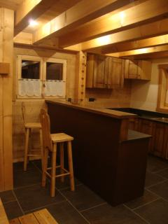 Equipped kitchen with bar