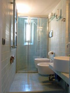 A view of the fully tiled bathroom