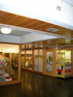 zona shopping al coperto, supermercato, giornalaio, lavanderia negozi vari, sala giochi