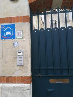 Porte d'entrée de notre Maison d' Hôtes côté rue