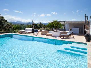 Stylish 3 bedroom villa near San Antonio, sleeps 6