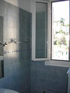 wide&sunny - restroom with shower