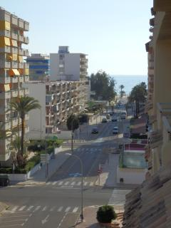 5 minutes walk to the beach and close to shops, restaurants and bars.