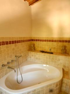 Corner bath of the master bedroom