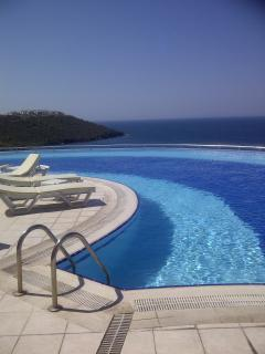 Infinity swimming pool, just relax and enjoy this view!