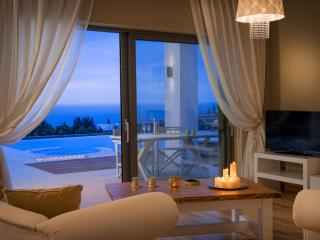 Luxury Villa with private heated pool and near sea
