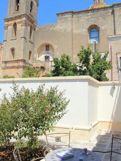 Giardino con vista verso la chiesa di S. Maria