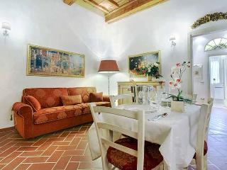 Classic Florentine-style apartment in historic centre of the city, sleeps 4
