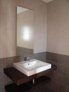 Detalle del Baño con ducha  cerrada con mampara