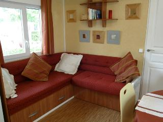 Spacious living with lots of light, cozy corner bench, can be converted into 190x140 cm bed.