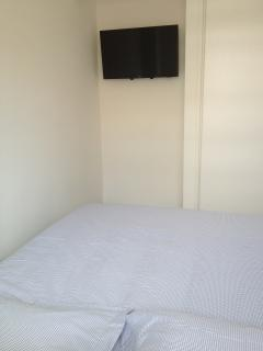 bedroom: 32' LED TV