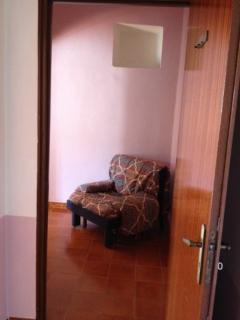 cameretta con 1 posto letto(divano letto )adiacente camera matrimoniale