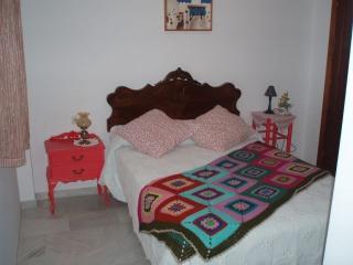 Dormitorio de matrimonio con ventana y un gran armario empotrado