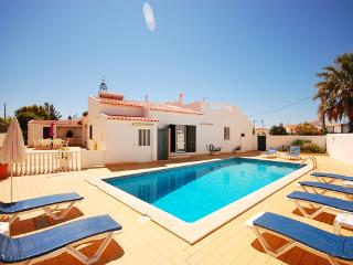 Villa GILSÓNIA, Villa with pool and air con, close to the beach and amenities