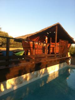 bar paillotte au dessus de la piscine