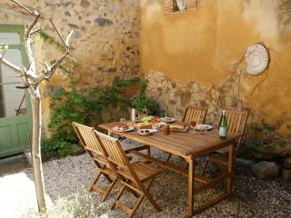 Delightful House, courtyard, wifi. Carcassonne, Canal du Midi, beaches, wineries