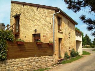 Voici le bâtiment abritant nos deux chambres, vues de la rue de la Vaux, au bout du village