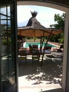 séjour/salon sur terrasse face à la piscine
