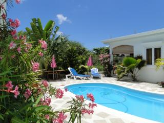Cosy bungalow near beach/shops, Riviere Noire