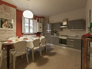 Elegant apartment in old tower house in central Pisa, 3 bedrooms, sleeps 7, Pise