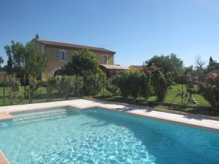 Large house in Arles, 10 guests (+1 baby), pool, big garden with petanque field