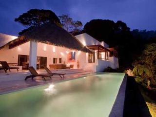Villa de face piscine à débordement