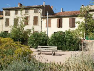 Delightful House, courtyard, wifi. Carcassonne, Canal du Midi, beaches, wineries