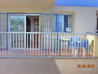 La puerta de entrada al edificio está en el lado derecho de la foto