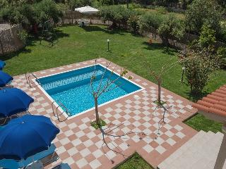 ROMANTIC EVAS COTTAGE... Luxurious & Private with HEATED POOL & FREE Car !!!