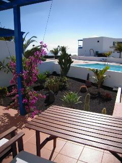 Terraza con mesa, hamacas y sombrilla/Terrace with table, sunbeds and umbrella