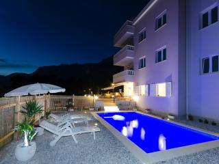 Apartment Natasha wit POOL, Makarska