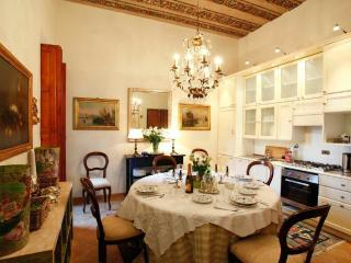Elegant Galleria apartment in historic Palazzo, Roma