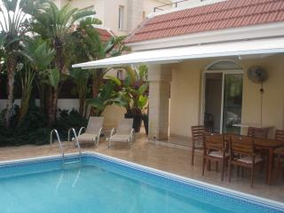 Cozy Villa w Pool, Fantastic Location-5m walk to the beach & amenities Free WIFI