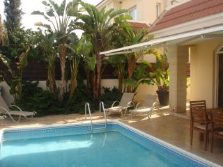 Cozy Villa w Pool, Fantastic Location-5m walk to the beach & amenities Free WIFI