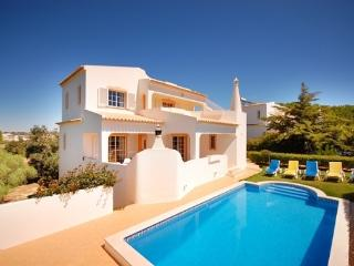 Villa TULIPA, Villa with pool, games, WiFi, AC, walking distance to beach