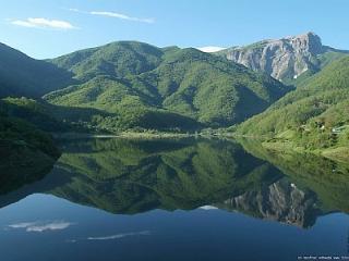paesaggio con lago sulle Alpi Apuane