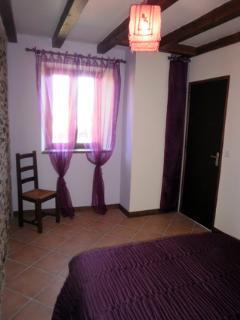La chambre double du rez de chaussée, côté fenêtre