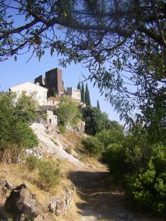 vue sur village médiéval d'Evenos à 600m
