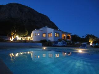 Spacious villa + large pool + big garden + covered garage = Relaxed holiday