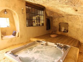Le Jacuzzi dans la grotte ouverte sur la cour intérieure...