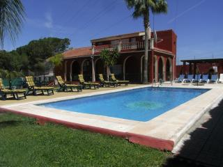 VILLA ELISA &  BUNGALOW. SLEEPS 14, FREE WI-FI, FULLY AIR / CON, POOL.FENCE .