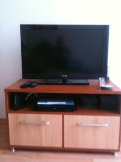 Large flat screen TV, wifi Internet, Blue Ray player & USB. Wi-FI available in the whole apartment.