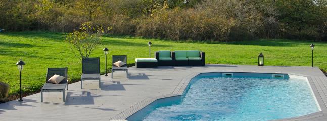 La piscine et sa terrasse aménagée